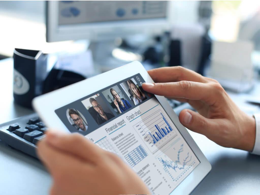 Ein Mitarbeiter prüft ERP Software Berichte und Auswertungen auf seinem Tablet