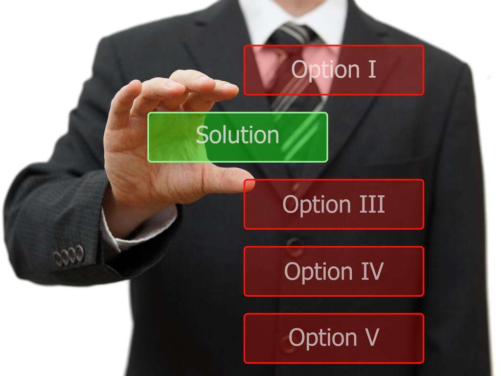 Ein Mann sucht die beste ERP Software für sein Unternehmen heraus